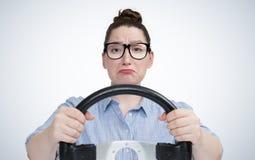 Emotioneel meisje in glazen met autostuurwiel, autoconcept Royalty-vrije Stock Afbeeldingen