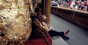 Emotioneel ogenblik: Een zitting van de bloemverkoper binnen de tempel met uitputting en wanhoops, vermoeide en hopeloze, Abstrac royalty-vrije stock foto