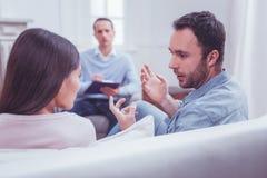 Emotioneel paar die verhoudingen bespreken tijdens psychologische therapie royalty-vrije stock foto