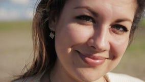 Emotioneel portret van een mooi meisje stock videobeelden
