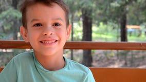Emotioneel portret van Kaukasische tienerjongen Grappige tiener die - het schreeuwen en het gillen glimlachen Knap kind die bekij stock video