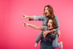 Emotioneel verbazend twee vrouwenvrienden hebben pret Royalty-vrije Stock Fotografie