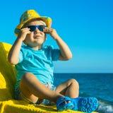 Emotionele baby die in tropische overzees rusten Stock Fotografie