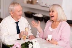 Emotionele bejaarde die dame over voorstel wordt opgewekt royalty-vrije stock foto