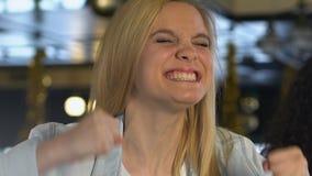 Emotionele dame die over favoriet teamdoel wordt opgewekt, het letten op gelijke in sportbar stock video