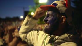 Emotionele gelukkige ventilatorschreeuw op voetbal De gekke mens drukt emoties langzame motie uit stock footage