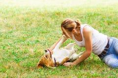 Emotionele interactie van vrouw en haar rasechte hond royalty-vrije stock fotografie