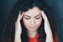 Emotionele jonge de vrouwentempels van de spanningshoofdpijn stock afbeelding