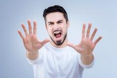 Emotionele jonge mens die verwerpen gaan aan Zaterdag werken royalty-vrije stock foto's