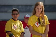 Emotionele jonge vrouw het bekijken sectie van het AIDS-Dekbed Royalty-vrije Stock Afbeeldingen