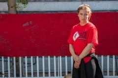 Emotionele jonge vrouw het bekijken sectie van het AIDS-Dekbed Royalty-vrije Stock Foto's