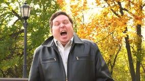 Emotionele mens die in camera gillen Boze persoon stock video