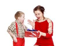 Emotionele moeder en zoons gelukkige gift van Royalty-vrije Stock Foto