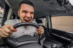 Emotionele persoon De bestuurder van de auto gilt bij iemand in RT stock foto