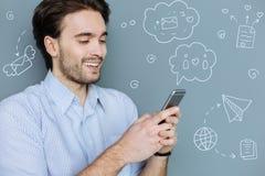 Emotionele student die terwijl online het babbelen glimlachen stock fotografie