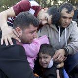 Emotionele vluchtelingsfamilie Lesvos Griekenland stock foto's