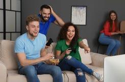 Emotionele vrienden die videospelletjes spelen royalty-vrije stock fotografie