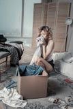 Emotionele vrouwen ruikende kleren van ex echtgenoot na verbreken royalty-vrije stock fotografie