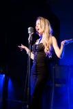 Emotionell attraktiv sångare Skri rop konsert Arkivbilder