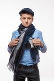 Emotionell brunettpojke i ett lock och en halsduk fotografering för bildbyråer