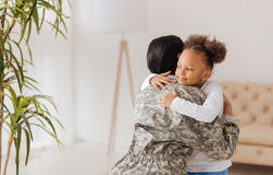 Emotionell förälder och hennes barnmöte efter en lång tid Royaltyfri Foto