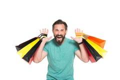 Emotionell försäljningstid Män som är galna om shopping Extremt lycklig man med den kulöra shoppingpåsen i händer på vit bakgrund arkivfoton