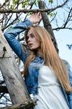 Emotionell flicka med den nätta framsidan och långt blont hår som poserar på kameran royaltyfria bilder