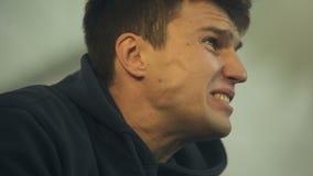 Emotionell fotbollsfan som frustreras med nederlaget eller det orättvisa målet, desperat closeup stock video