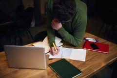 Emotionell freelancer i grönt omslag genom att använda bärbar datordatoren och internetuppkoppling 4G Arkivbild