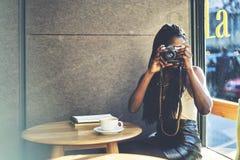 Emotionell härlig afro amerikansk kvinna Arkivbild