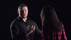 Emotionell konversation av par Den irriterade mannen bevisar något till kvinnan långsam rörelse stock video