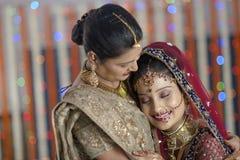 Emotionell krama moder för indisk hinduisk brud. Arkivbilder