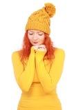 Emotionell kvinna i gul hatt och blus royaltyfri fotografi