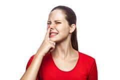 Emotionell kvinna med den röda t-skjortan och fräknar arkivbilder