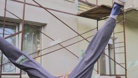 Emotionell lycklig byggmästare med mycket europengar utomhus arkivfilmer