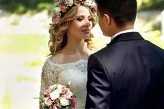 Emotionell lycklig härlig blond brud som ser den stiliga brudgummen Royaltyfria Bilder