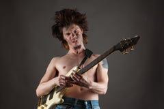 Emotionell man som spelar gitarren Royaltyfria Bilder