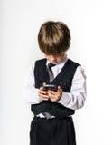 Emotionell rödhårig pojke med mobiltelefonen Royaltyfria Bilder