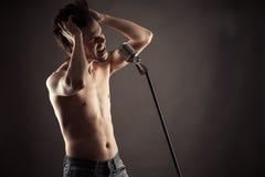 Emotionell sångare som sjunger in i den retro mikrofonen royaltyfri bild