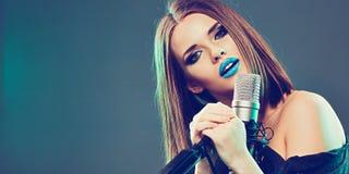 emotionell sångare 15 woman young Royaltyfri Foto