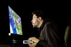 Emotionell spela dataspel för häpen grabb royaltyfria bilder