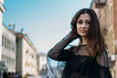 Emotionell stående av den stilfulla ståenden för mode av den nätta unga kvinnan stadsstående SAD flicka Brunett i en svart klänni Arkivfoto
