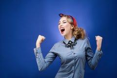 Emotionell stående av den victored kvinnan Häpnadsinnesrörelse studio Royaltyfri Fotografi