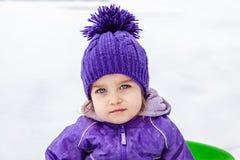 Emotionell stående för liten flicka, closeup Unge som ser rak till kameran Royaltyfri Bild