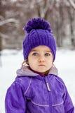 Emotionell stående för lugna liten flicka, closeup Arkivfoto