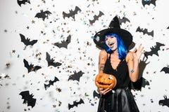 Emotionell ung kvinna i den halloween dräkten Royaltyfria Foton