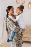 Emotionell ursnygg dam som berättar hennes dotter om hennes tur Royaltyfri Fotografi