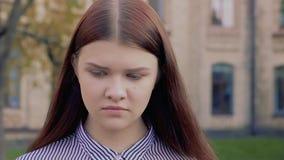 Emotionell video-stående av den kränkta härliga unga flickan arkivfilmer