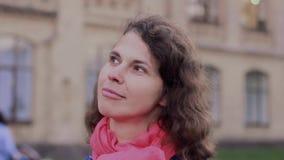 Emotionell video-stående av en eftertänksam kvinna lager videofilmer