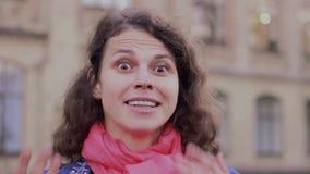 Emotionell video-stående av en förvånad kvinna arkivfilmer